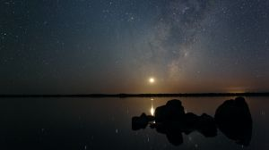 lake-norring-moon-and-milky-way-rise-1200
